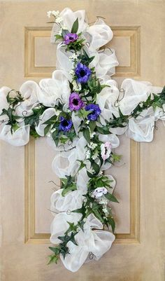 Cross Wreath - Many different deco mesh wreaths with how to instructions and videos. topiaries-wreaths-stuff