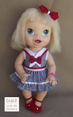 Look confeccionado em tricoline.  Acompanha um vestido rico em detalhes, calcinha, sapatinho e lacinho de cabelos.    VESTE A BABY ALIVE HORA DE COMER!    OBS: Boneca NÃO inclusa!
