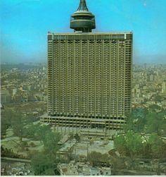 El famoso Hotel Mexico, hoy conocido como el WTC. Durante anios se encontro asi a media obra. Sin vidrios y abandonado. Solo funcionaba el Restaurant giratorio y los salones de fiesta que se encontraban en los ultimos pisos.