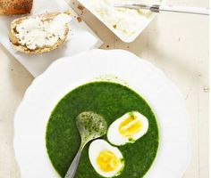 Vill man variera spenatsoppan kan man byta ut spenaten mot grönkål, som i detta fallet. Med ägg och bröd blir soppan både god och mättande.