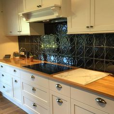 We love it when customers send us their photos showing off our lovely tiles, this one is staring the Vintage Circles in Black #madeinitaly🇮🇹 #tiles #kitchen #design #pattern #timeless #elitetiles #elitebathware