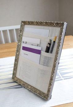 Un rangement pour le bureau réalisé avec un cadre photo