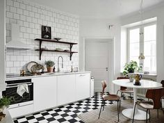 Scandinavian style kitchen in black and white. White round tulip table with Arne Jacobsen's (or replica) Grand Prix chairs. The tiled wall as a cherry on top. Scandinavian Interior, Scandinavian Style, Tulip Table, River House, Cuisines Design, Dream Decor, Kitchen Styling, Decoration, Home And Living