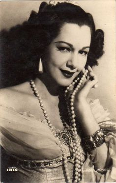 """María África Gracia Vidal conocida como María Montez y conocida como """"La Reina del Tecnicolor"""". (6 de junio de 1912 - 7 de septiembre de 1951) protagonizo en 1944 al film """"Cobra Woman"""" en un doble papel. Aquí nos quedamos en su faceta de Suma Sacerdotisa de la isla de Cobra."""