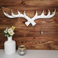 Tolles Geweih für Schmuck und Schlüssel in den Farben Weiß & Gold 😀 #antler #living #spring #flowers #interior #vintage Vase, Gold, Vintage, Home Decor, Antlers, Floral, Colors, Jewelery, Homemade Home Decor