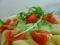 Pesto di rucola e pomodorini. Pesto:80 gr rucola,65 g pinoli,65 g mandorle,65 g parmigiano,1 spicchio aglio,sale,olio. Frullare tutti gli ingredienti,se necessario allungare con acqua di cottura. Condire con il pesto e pomodorini a spicchi.