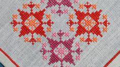 Tableta de X-small exellently hecho vintage de los años 1950 a mano punto de Cruz bordado manteles con conventionalized patrón de estrella en colores rojo, rosa y naranja en hueso blanco lino.  Excelente estado vintage - una joyería de poco para la mesa!  Tamaño: 7 * 7.25 / pulgada.