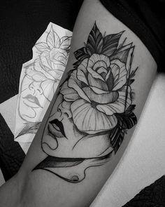 Tatuagem criada por Marquinho André de Porto Alegre. Rosto com flor na testa em preto e cinza.