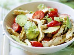 Lekker gezond slaatje - Libelle 4 kipfilets 2 avocado's 200 g kerstomaten 1 limoen 1 el mosterd (grove) 2 el druivenpitolie (of maïsolie) olijfolie peper zout