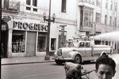 [Máquina de Bomberos] / Manuel H / s.f. / Colección Museo de Bogotá: MdB 12065 / Todos los derechos reservados Bella, Liverpool, Street View, Bogota Colombia, Firefighters, Antique Photos, Souvenirs, Countries, Cities