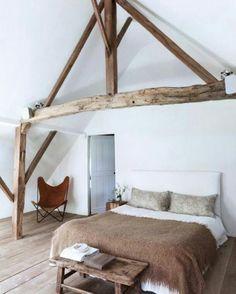 Houten balken en bruintinten in de slaapkamer
