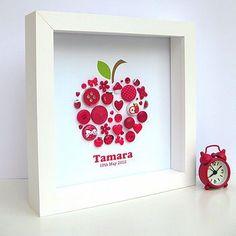 Créer un motif, un #dessin, à partir de #boutons et l'exposer dans un #cadre 3D / #Déco / #DIY / #Pomme / #Rouge
