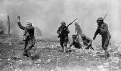 soldados huyendo o siendo derribados por las explosiones
