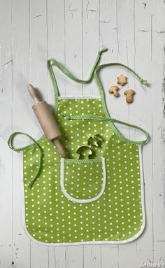 Children& apron to Freebook, quickly sewn, suitable for beginners // Flatlay - Nähen – Freebooks - Sewing Hacks, Sewing Tutorials, Sewing Crafts, Sewing Patterns, Sewing Tips, Love Sewing, Sewing For Kids, Childrens Aprons, Fabric Purses