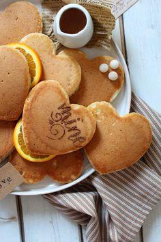 Pancakes senza uova senza lattosio senza burro a forma di cuore