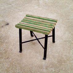 taburete: hierro remachado & madera recuperada de un banco de plaza inglés