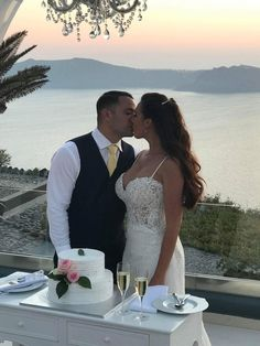 Jennifer & Ian  May 8th 2018 Le Ciel Santorini  Cake #Galvas Wedding planners #simplymediterraneanweddings.co.uk