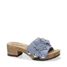 Große Blumenapplikationen in Verbindung mit den Metallnieten verleihen dieser Sandalette einen besonderen Charme! So hat man schnell den idealen Begleiter für sonnige, heiße Tage gefunden. Wir empfehlen dazu ein kurzes Hemdblusenkleid oder ein luftiges Top und eine schlichte Cropped-Pant. #münchen #softclox #sommer #shoes #frühjahr #kaschmir #blau