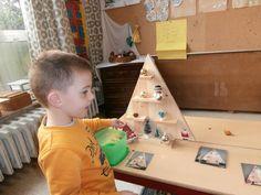 Kerstfiguren naleggen adhv een foto (ruimtelijke oriëntatie) Winter Wonderland, Christmas Time, December, Triangle, Preschool, Games, Kids, Jewels, Baby