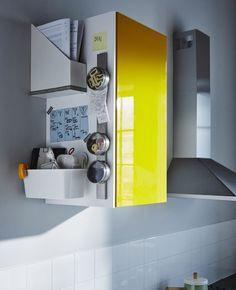 Le côté d'une armoire contient l'agenda familial, des papiers et diverses babioles