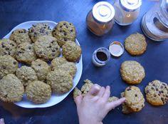 Ho sfornato centinaia di biscotti prima di arrivare a questi: volevo infatti trovare una ricetta che mi portasse ad ottenere dei biscotti soffici, gustosi, privi di zuccheri raffinati e proteici. C...