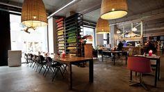 Smalle haven in Eindhoven! Bij Smalle Haven wordt gewerkt met dagverse producten. Er is geen menukaart: afhankelijk van wat de kok die dag heeft ingekocht, bepaal je samen wat je eet. Het restaurant is in 2007 ontstaan uit de behoefte om een brug te slaan tussen de creatieve wereld, de consument en het bedrijfsleven. Tegenwoordig bestaat de Smalle Haven uit een restaurant, Dutch Design Year (designwinkel) en de vintage winkel Doortje Originals. http://smallehaven.com/