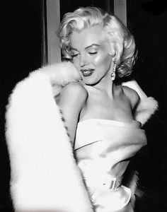 Marilyn Monroe auf einer Party in West Hollywood, - West Hollywood, Old Hollywood Glamour, Vintage Glamour, Classic Hollywood, Hollywood Fashion, Hollywood Actresses, Estilo Marilyn Monroe, Marilyn Monroe Photos, Marilyn Monroe Wallpaper