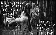 Riflessioni – Ep. 2: Danzare nella pioggia. Scopo della vita non è aspettare che passi la tempesta ma....