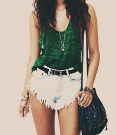 Love this oversized green vest and shredded denim shorts. I want to wear this x