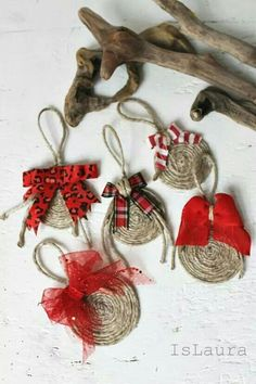These look super easy to do, fun, rustic Christmas decorations Diy Christmas Ornaments, Christmas Balls, Homemade Christmas, Ball Ornaments, Christmas Coasters, Christmas On A Budget, Rustic Christmas, Christmas Holidays, Italian Christmas