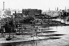 Sottomarini ancorati nel Porto di Napoli.