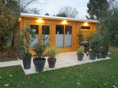 Die Licht-Spots strahlen die Gartenhauswand an und zaubern dadurch schöne und dezente Lichtpunkte.