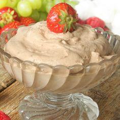 Fluffig, härlig chokladgrädde. Använd den som fyllning i tårtor eller dippa frukt och bär i den.