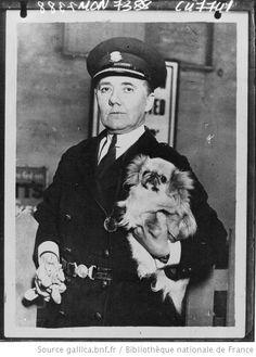 La chef de police féminine de Londres avec son petit chien : [photographie de presse] / Planet - 1