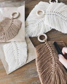 DIY Macrame Feathers homedecor design Making macrame feathers is both a great introduction to the technique, as well as a quick, easy and fun craft fo. Macrame Art, Macrame Projects, Macrame Knots, Macrame Patterns, Crochet Patterns, Crochet Feather, Yarn Crafts, Diy Crafts To Sell, Handicraft