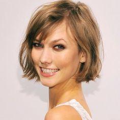"""Topmodel Karlie Kloss nannte ihren neuen Look selbstbewusst """"The Karlie"""", als sie sich die langen Haare abschnitt. So neu ist der kinnlange Bob mit weichen Ponyfransen aber gar nicht... Trotzdem:..."""