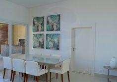 Na sala de jantar, oito convidados podem desfrutar das refeições mais elaboradas ao redor da mesa retangular com tampo de vidro.