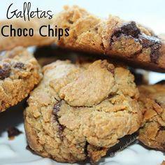 Galletas Choco Chips. 2 claras de huevo. 1taza de harina de avena. endulzante al gusto 3 cucharadas de aceite de coco 1 cdta de esencia de vainilla. 1/4 de taza de Chispas de chocolate sin azucar o chocolate sin azúcar picado en pedazos pequeños .