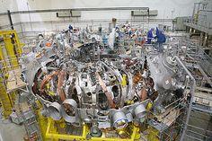 Wendelstein 7-X / Die Anlage ist neben dem Large Helical Device in Japan die weltweit größte Forschungsanlage vom Typ Stellarator.