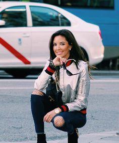 Bomber Mulaya… Jeans Mulaya… Medias rejilla calzedonia… Bolso Uterque… Gafas Valentino… Candela gomez