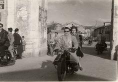 Mis abuelos, en la moto, atravesando la Puerta de Madrid (Alcalá de Henares, Madrid, SP)