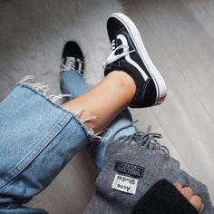 fcb6ca78de8 Vans hay Converse - từ những đôi giày thời học sinh ai cũng có