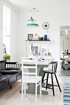 Arjen ruokailunurkkauksessa ovat Ikeasta hankitut lastenlasten tuolit valmiina pieniä kyläilijöitä varten. Kolme vanhaa kattolamppua Päivi laittoi pöydän päälle hauskaksi asetelmaksi.