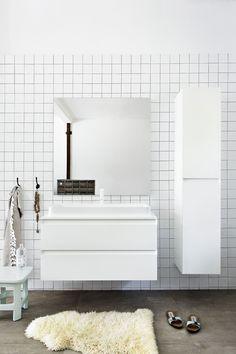scandinavian white bathroom | scandinavische basic badkamer met witte badkamermeubels | Bron: vtwonen oktober 2015 | Styling Frans Uyterlinde | Fotografie jansje Klazinga