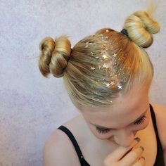 Summer Hairstyles : Dripping in Gold Step Up Your Sparkle Game With Glitter Roots Photos Bohemian Hairstyles, Summer Hairstyles, Cool Hairstyles, Glitter Roots, Glitter Hair, Glitter Eye, Festival Hair, Festival Makeup, Festival Style