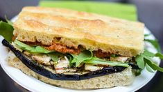 Vegan sandwich with eggplant, smoked tofu and sauce of dried tomatoes and capers: the Panozzo corner is back! Eggplant Sandwich, Tofu Sandwich, Dried Tomatoes, Cherry Tomatoes, Seitan, Vegan Dishes, Tapas, Sandwiches, Yummy Food