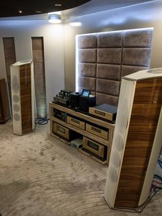 Awesome BASSOCONTINUO audio rack with ACCUPHASE, McINTOSH LABS and AIR TIGHT Electronics driving a pair of SONUS FABER Lilium speakers.