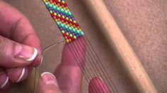 Bienvenue dans l'Atelier des Editions de Saxe! Apprenez la technique du métier à tisser avec Virginie. Vous pourrez ainsi savoir comment fabriquer une magnif...