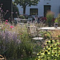 Theetuin Binnen en Buiten   mooie tuin voor thee met taartjes