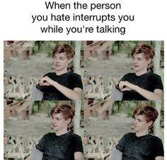 Cuando la persona que odias te interrumpes mientras hablas: